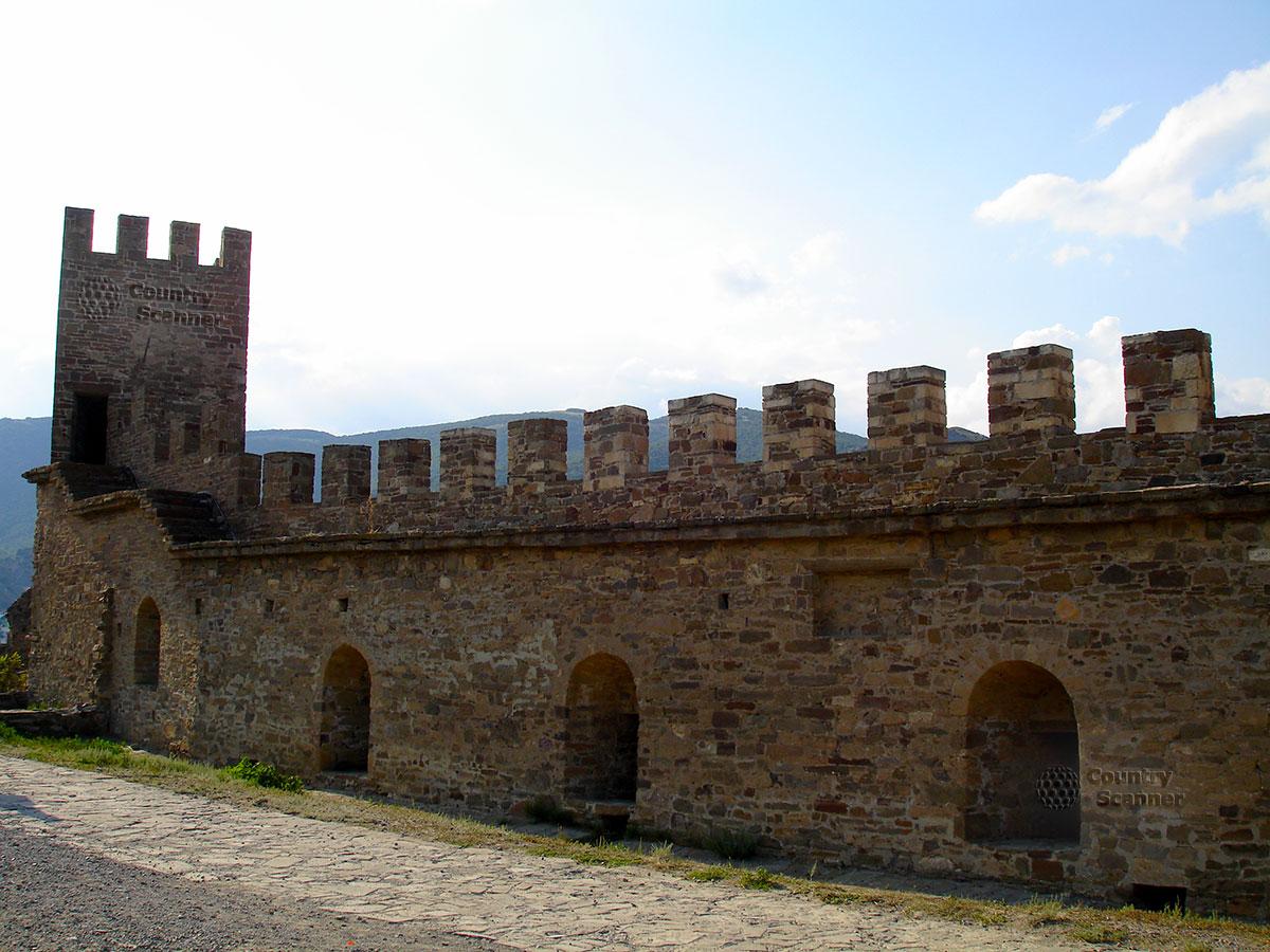Стена и башня Генуэзской крепости