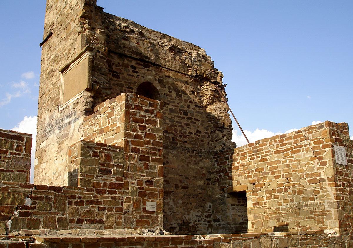 Стена Генуэзской крепости крупным планом