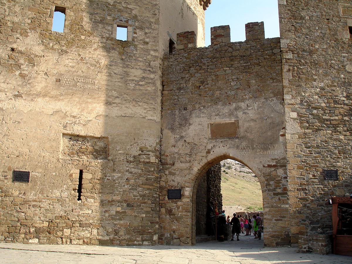 Проход на территорию Генуэзской крепости