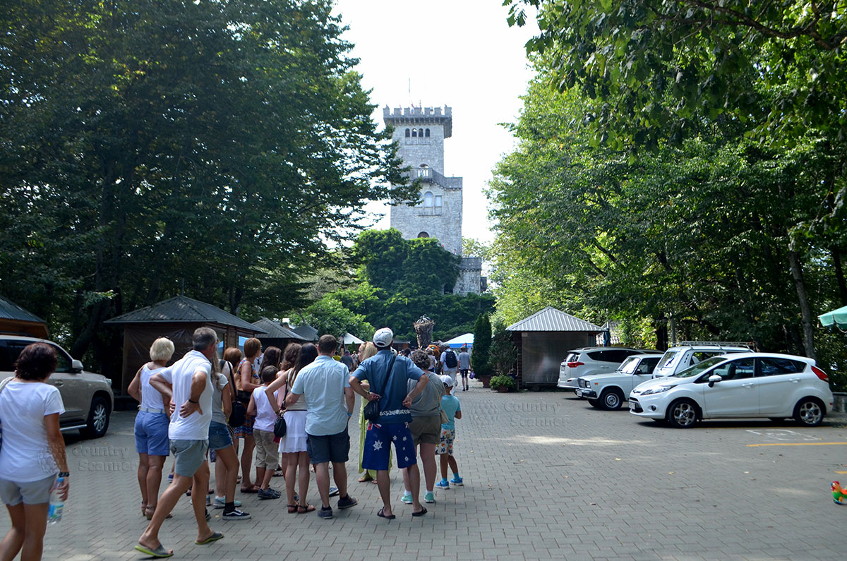 Башня Ахун. Группа туристов.