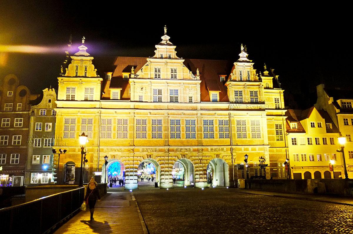 Вечернее освещение Зеленых Ворот в городе Гданьск