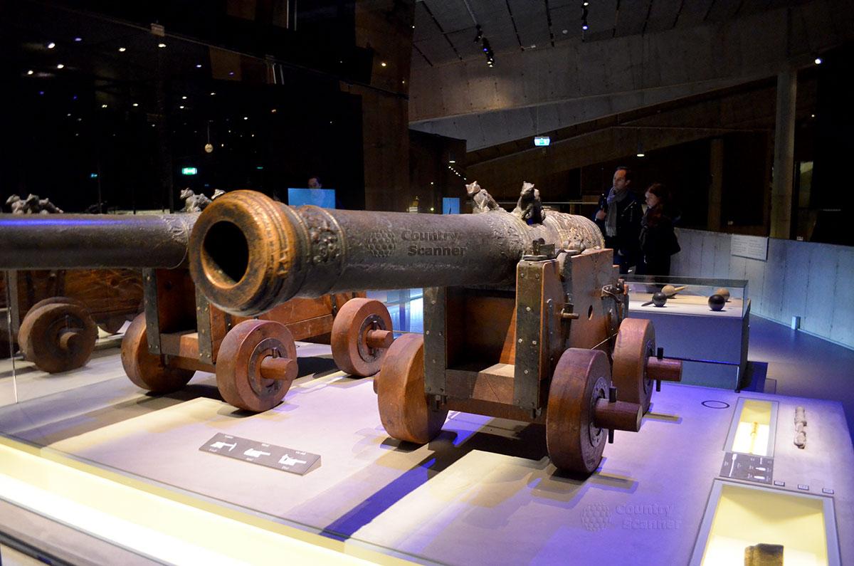 Корабль музей Васа (Vasa). Бронзовые пушки в зале корабля музея