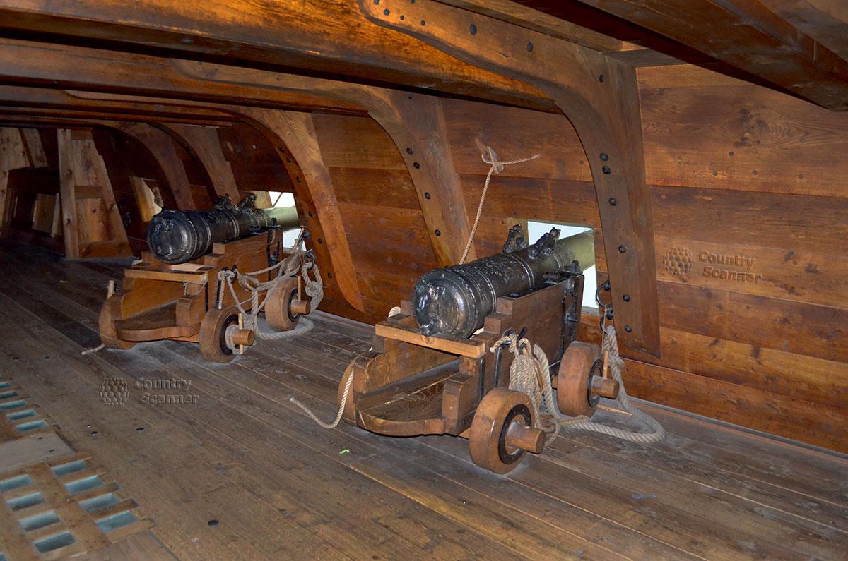 Корабль музей Васа (Vasa). Боевые орудия в амбразурах