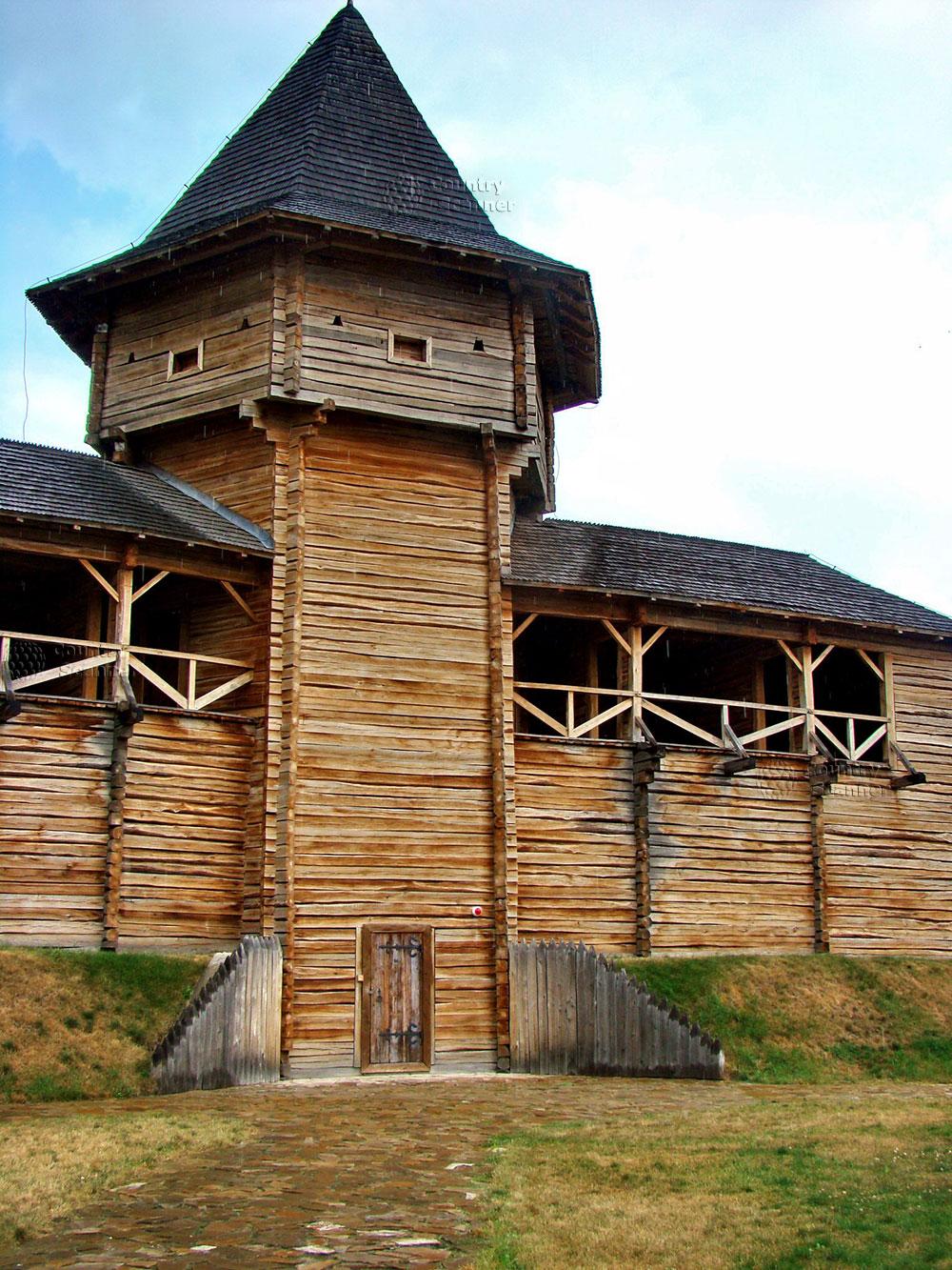 Литовский замок в Батурине. Центральная башня со смотровой площадкой.