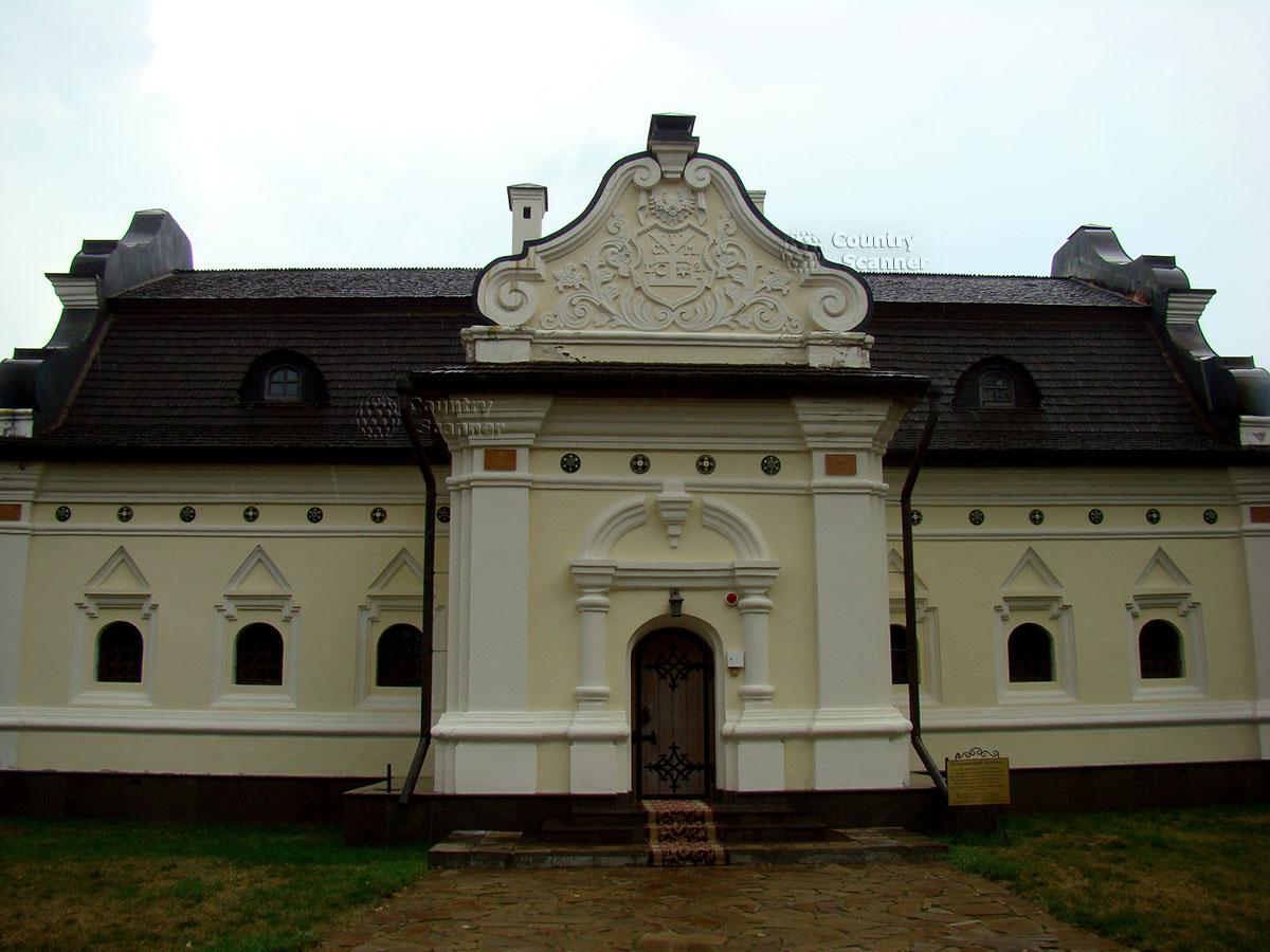 Литовский замок в Батурине. Гетманский дом с гербом Мазепы – последнего его хозяина.