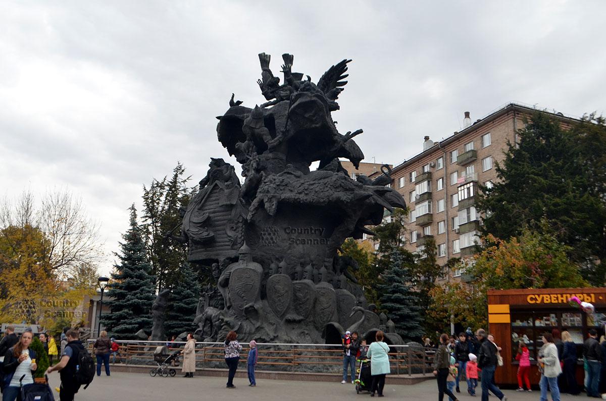 Московский зоопарк. Монумент со персонажами русских сказок.