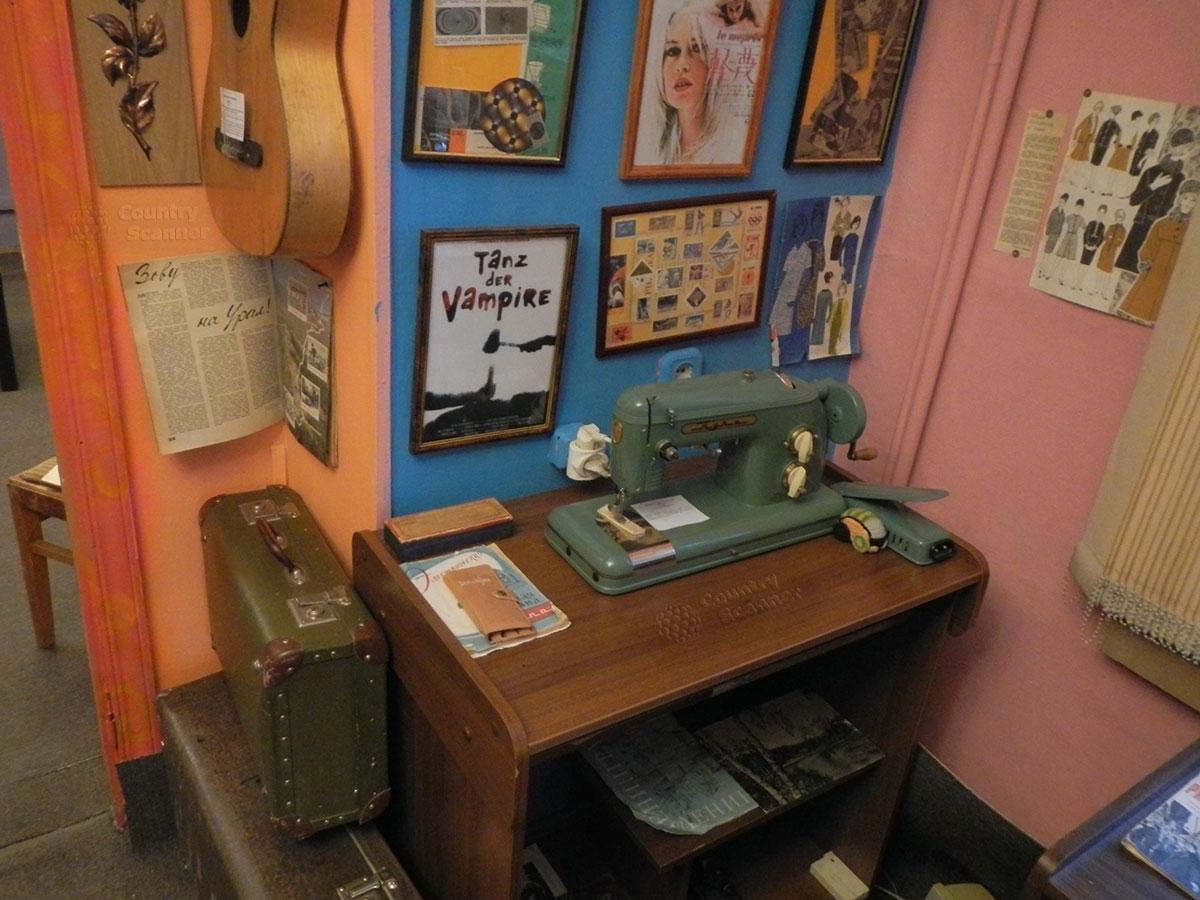 музей 60 годов. Швейная машинка с ручным приводом.