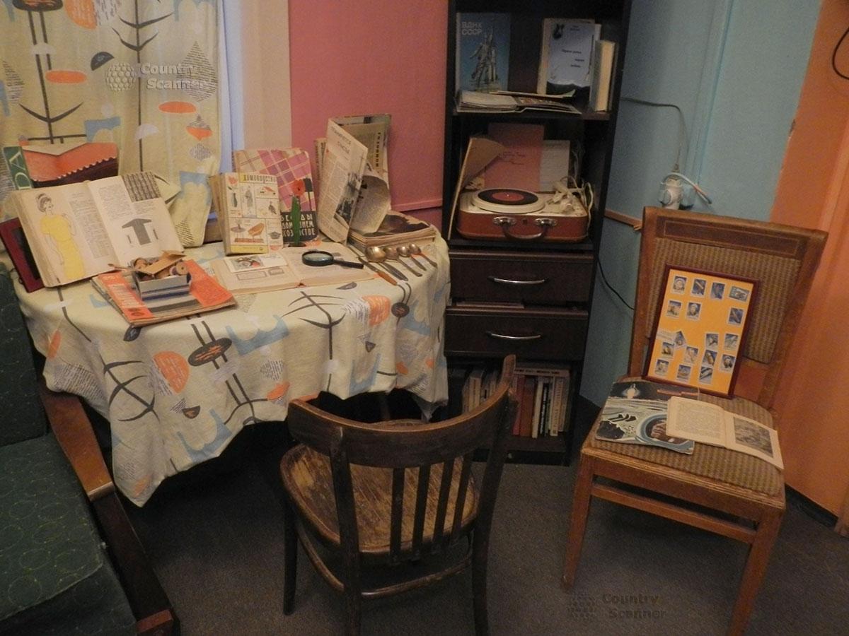 музей 60 годов. Меблировка квартиры и разные экспонаты.