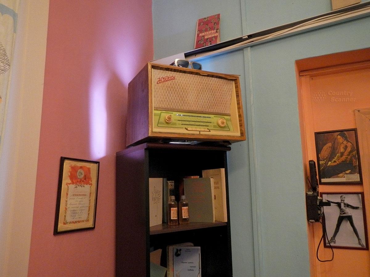 музей 60 годов. Этажерка с радиолой.