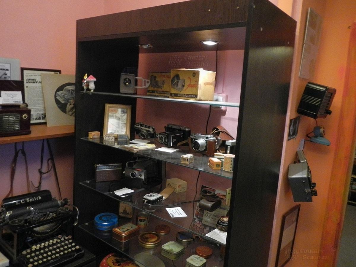 музей 60 годов. Старые фотоаппараты, механическая пишущая машинка.