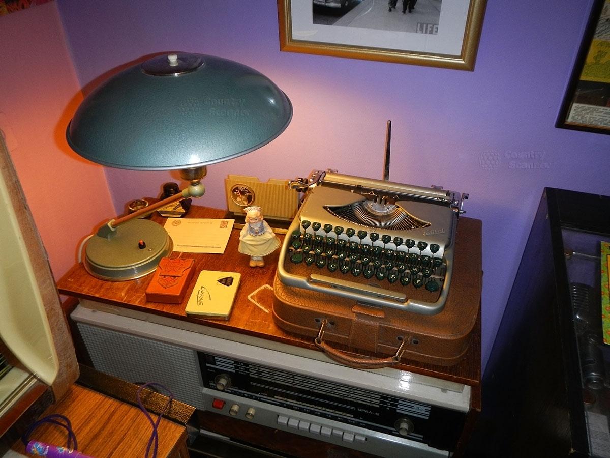 музей 60 годов. Портативная печатная машинка на радиоле.