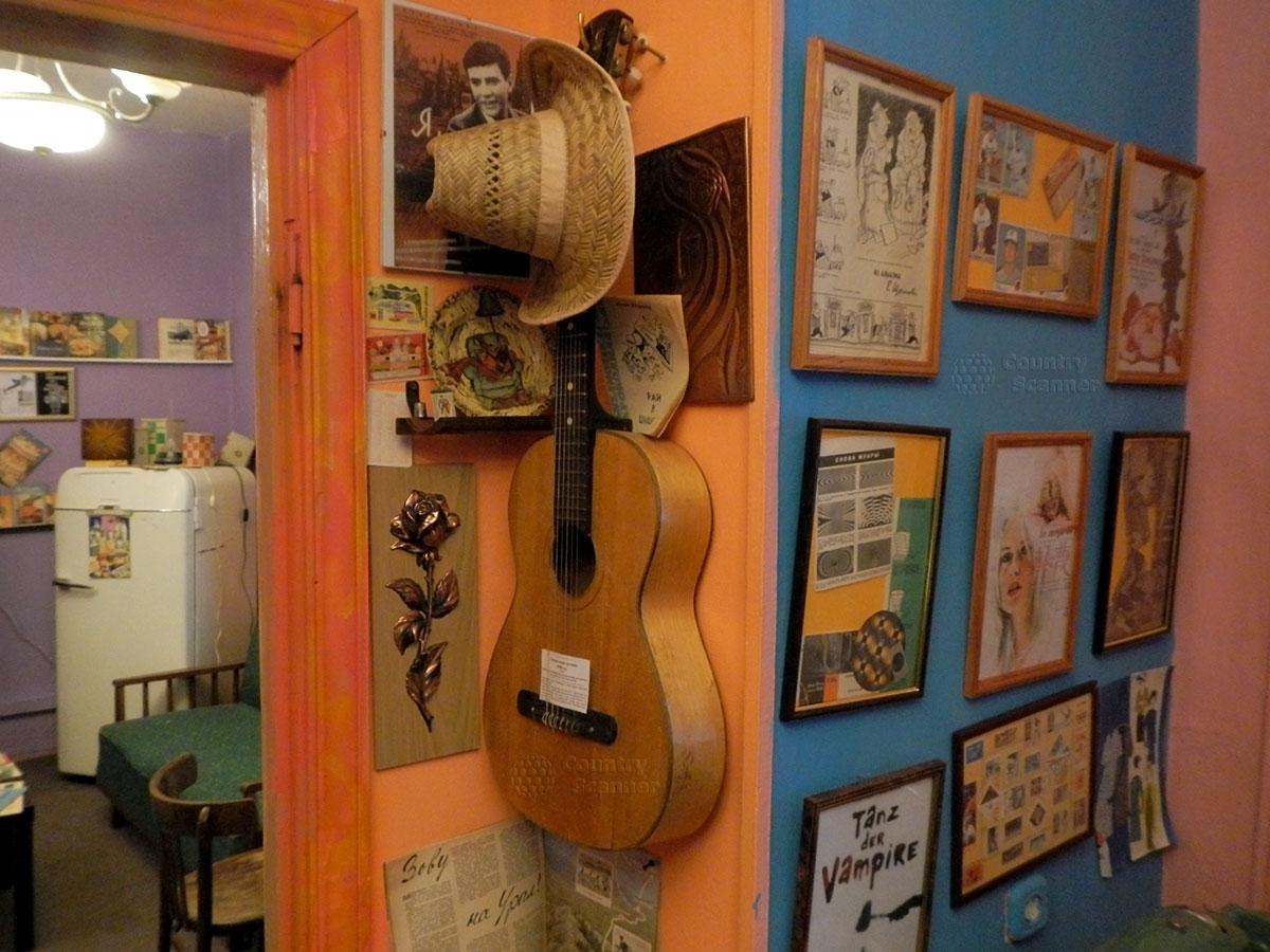 музей 60 годов. Самодеятельные украшения квартиры, гитара на стене.