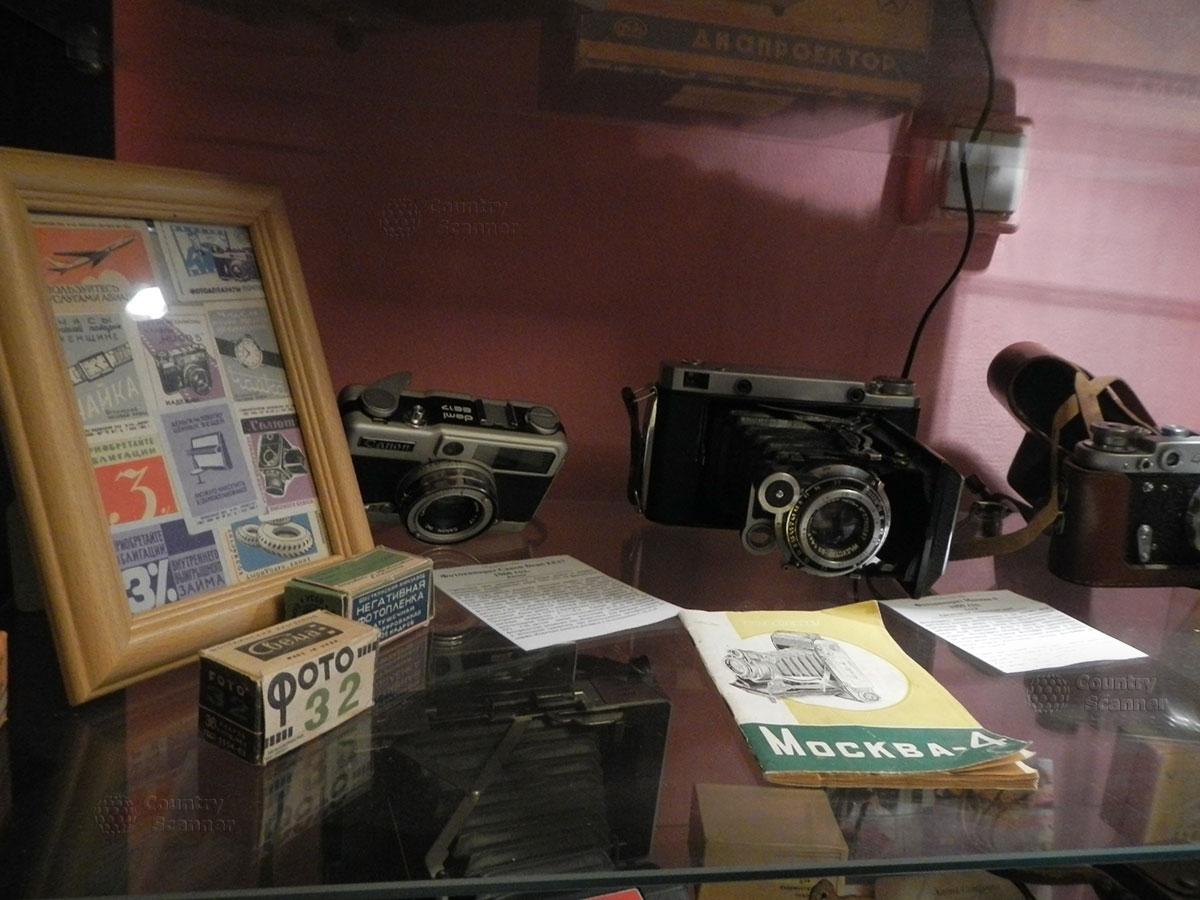 музей 60 годов. Фотокамера Москва-4 и другие; фотопленки в упаковках.