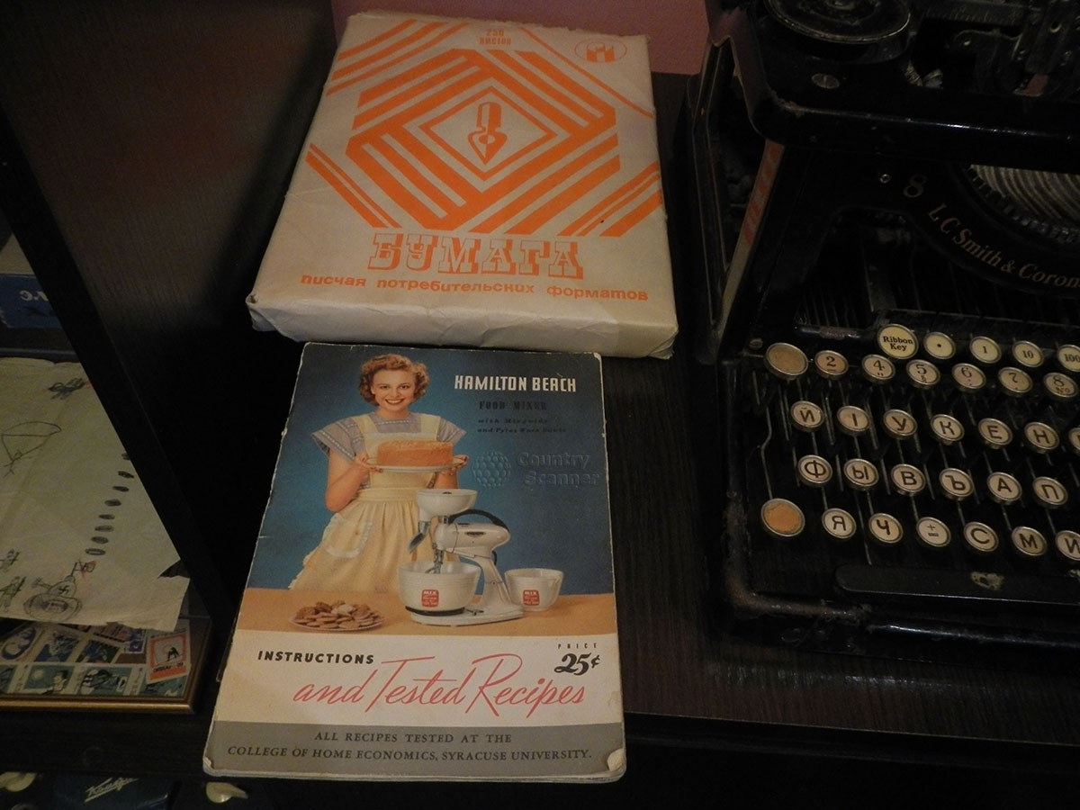 музей 60 годов. Пишущая машинка и образцы бумаги для печатания.