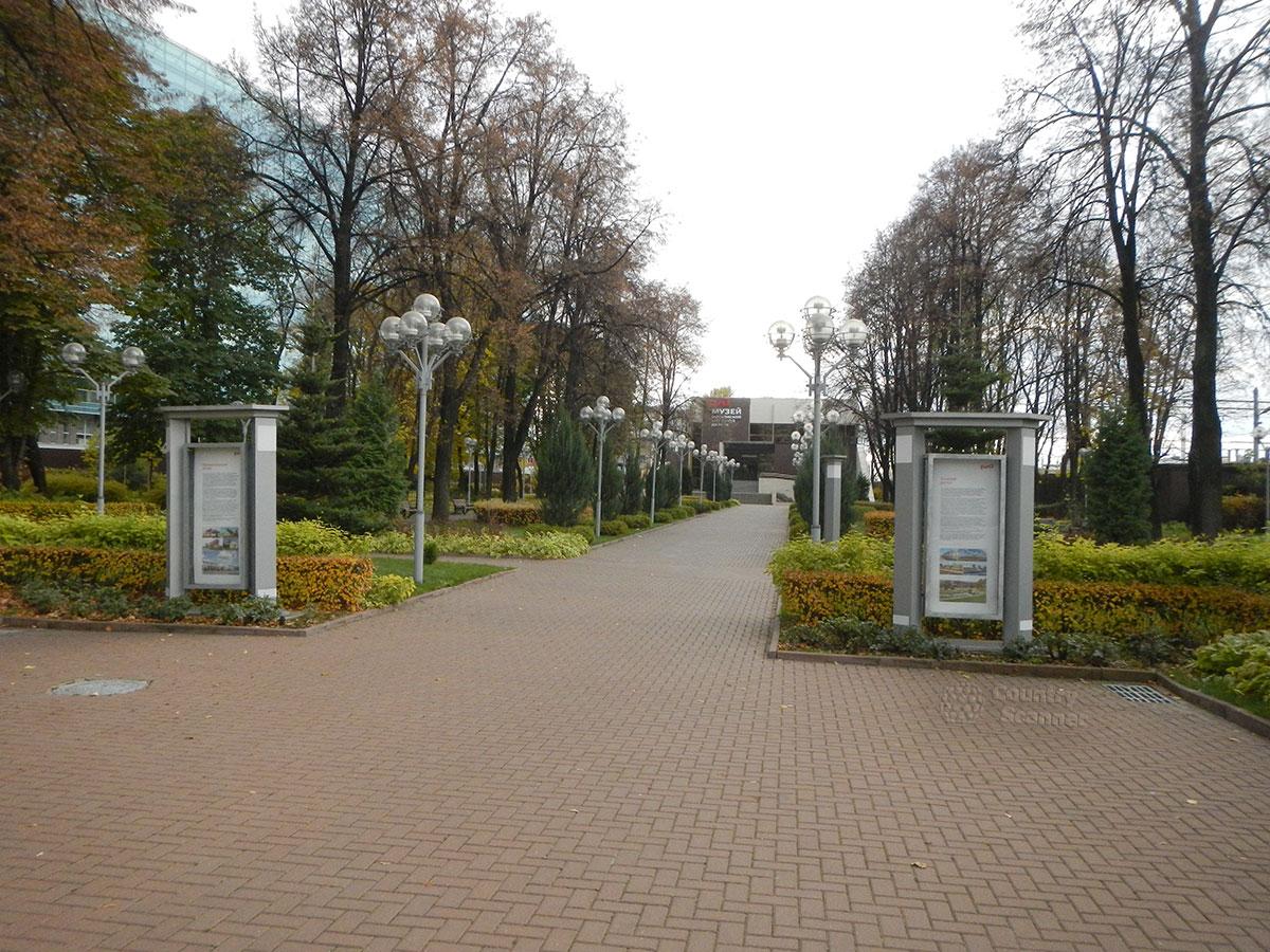 Музей МЖД. Аллея к главному зданию.