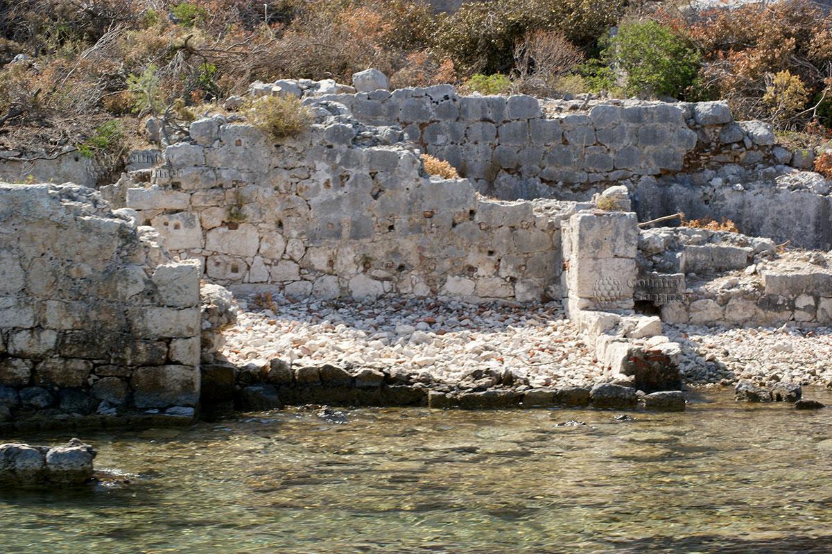 Остров Кекова. Разрушенные жилища у кромки воды.