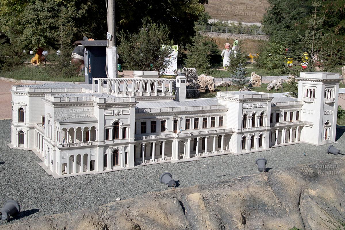 Ливадийский дворец в парке миниатюр Бахчисарай
