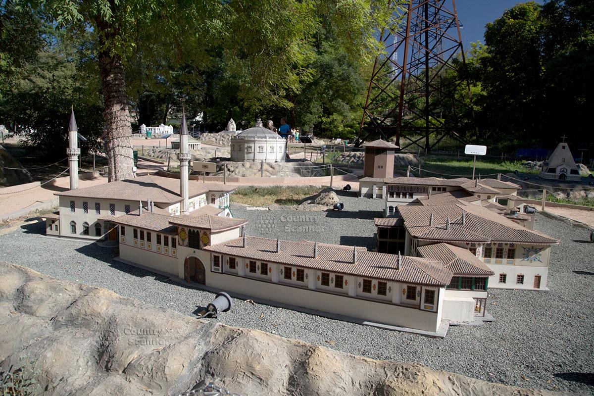 Центральные ворота ханского дворца в парке миниатюр Бахчисарая