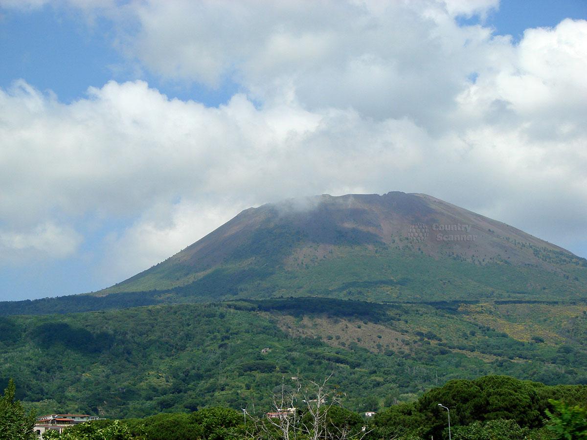 Вулкан Везувий, приведший к гибели Помпей.