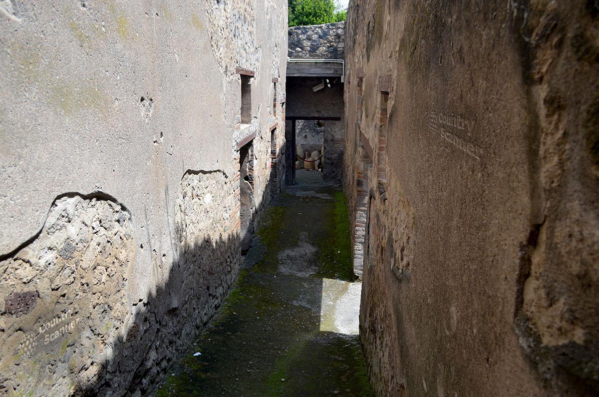 Город Помпеи. Глухие фасады жилых кварталов.