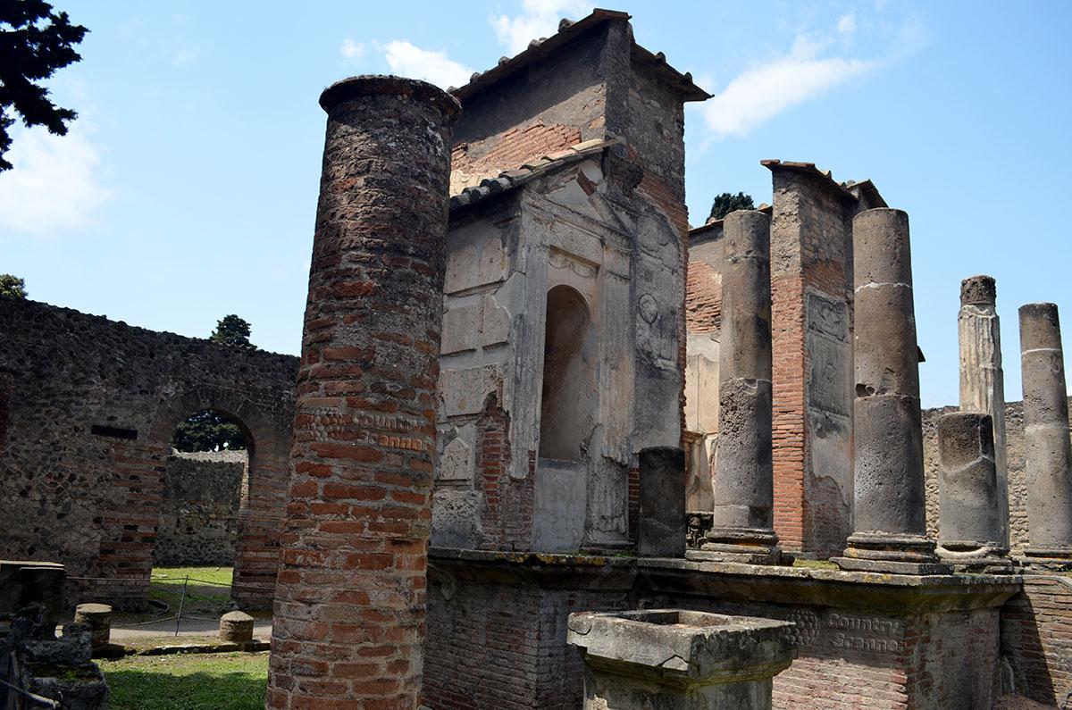 Город Помпеи. Храм, посвященный Исиде.