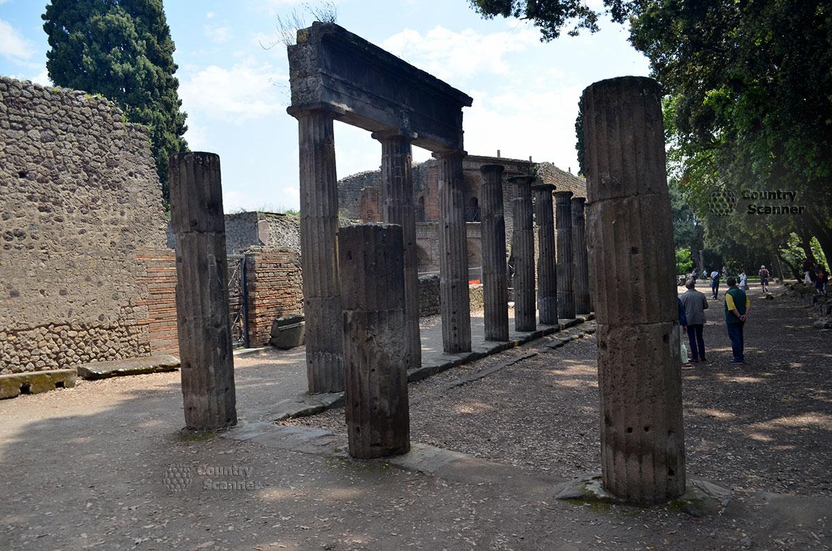 Город Помпеи. Руины храмовых комплексов.