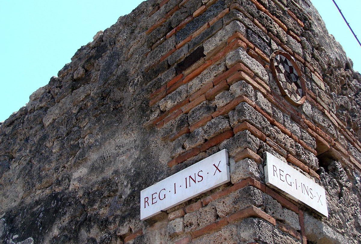 Город Помпеи. Каменные стены под слоем пепла.