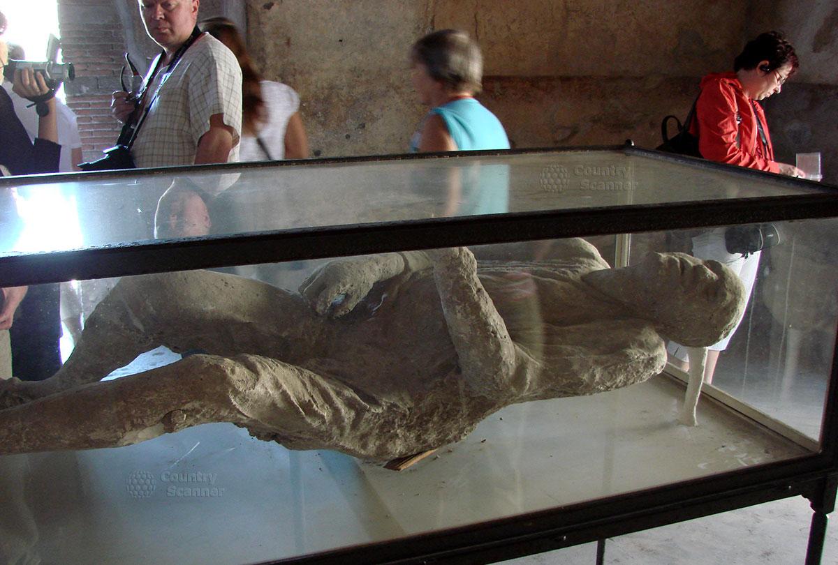 Слепок горожанина, погребенный под пеплом в городе Помпеи.