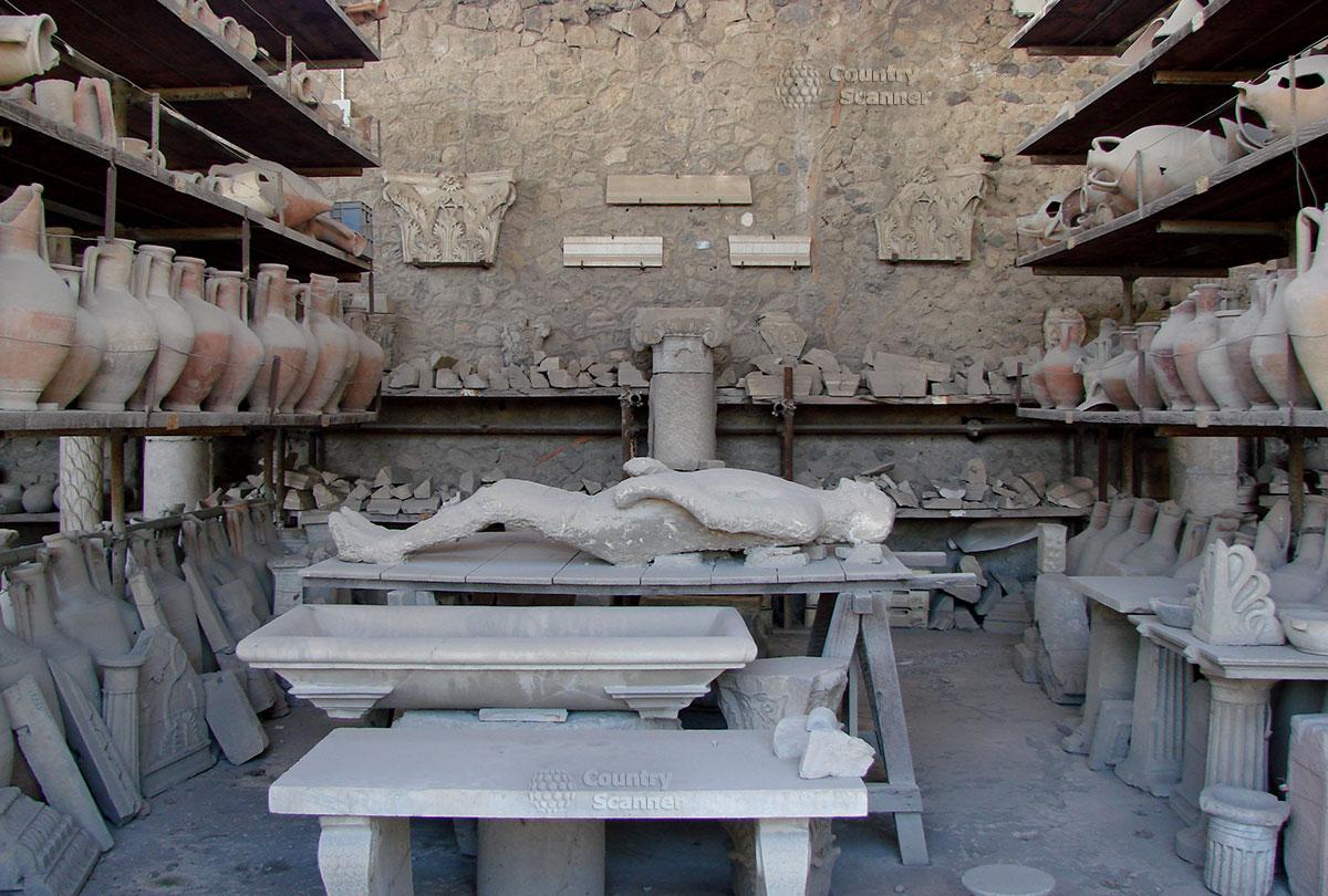 Город Помпеи. Кувшины и древний римлянин.