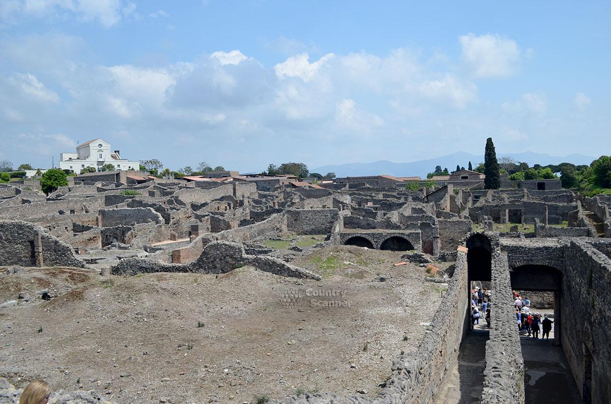 Город Помпеи - полуразрушенный, но прекрасный.