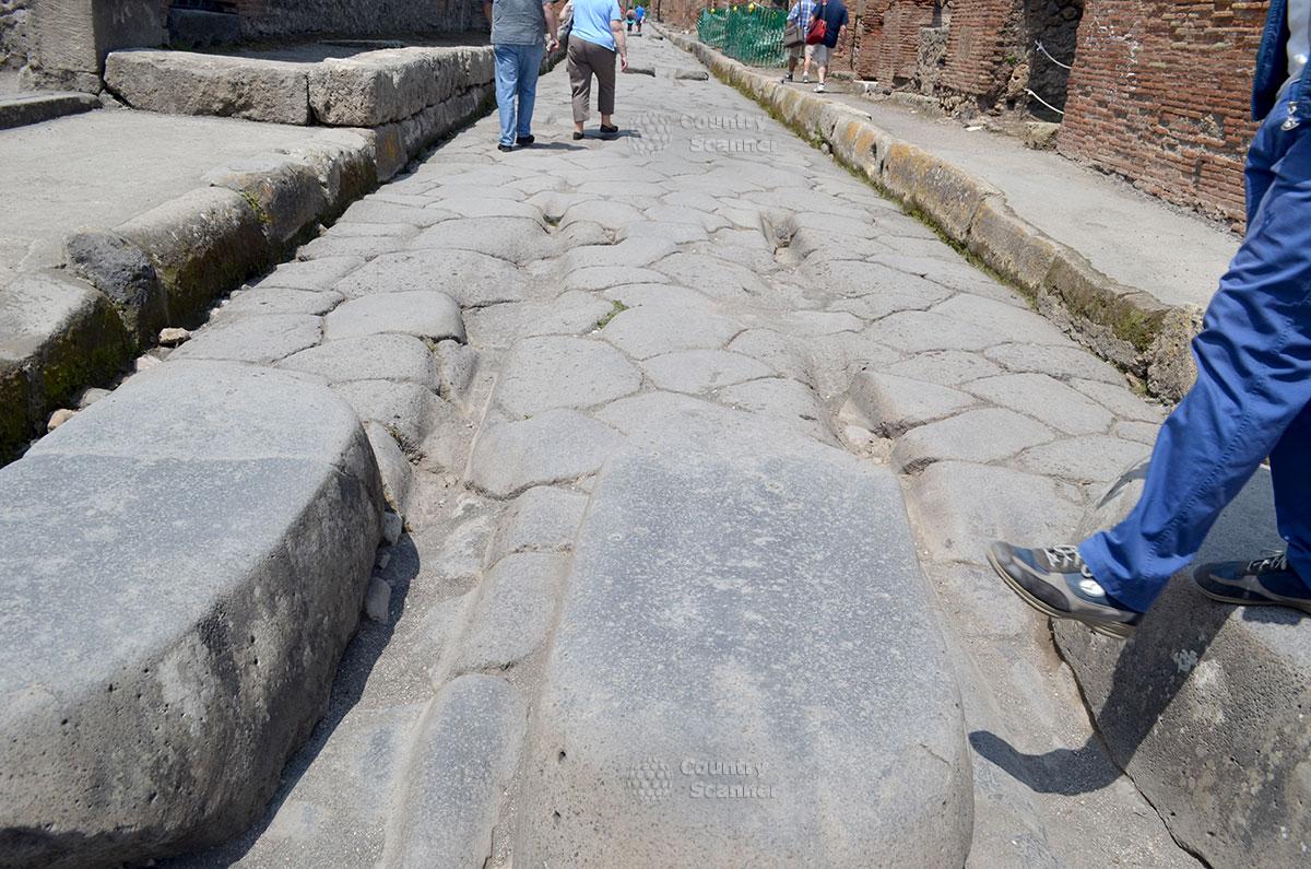 Улицы города Помпеи, вымощенные камнем.