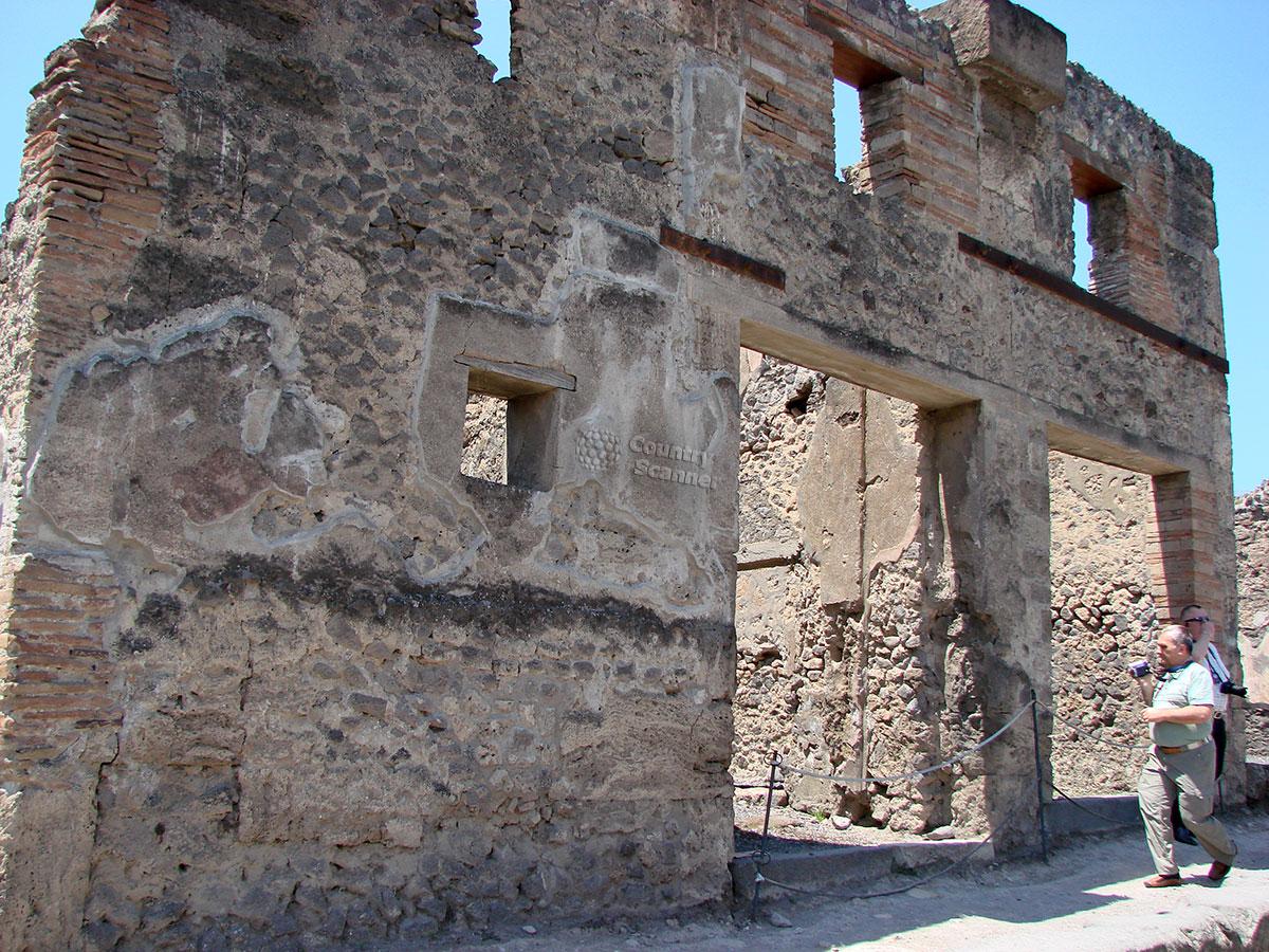 Полуразрушенное торговое здание в городе Помпеи.