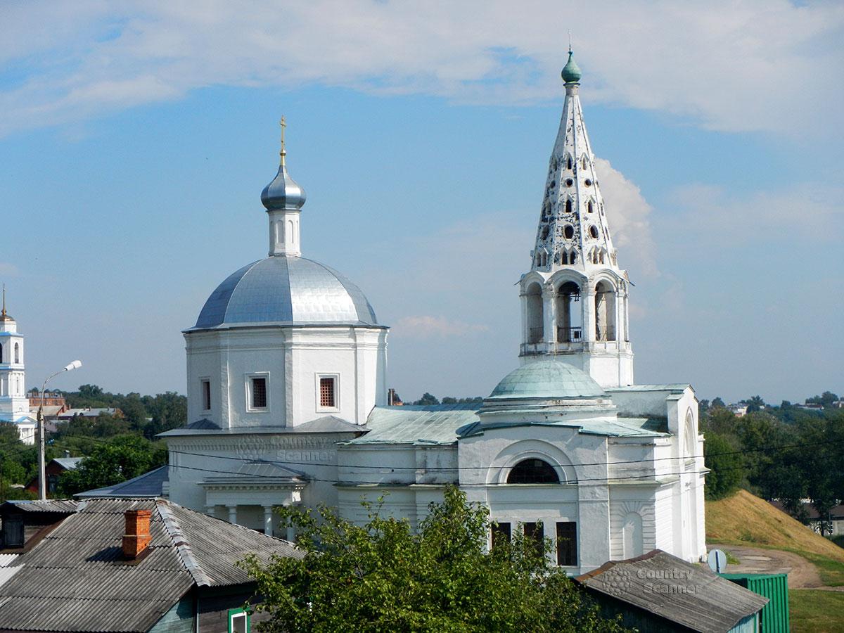 Троицкий собор в Серпухове среди городских зданий.
