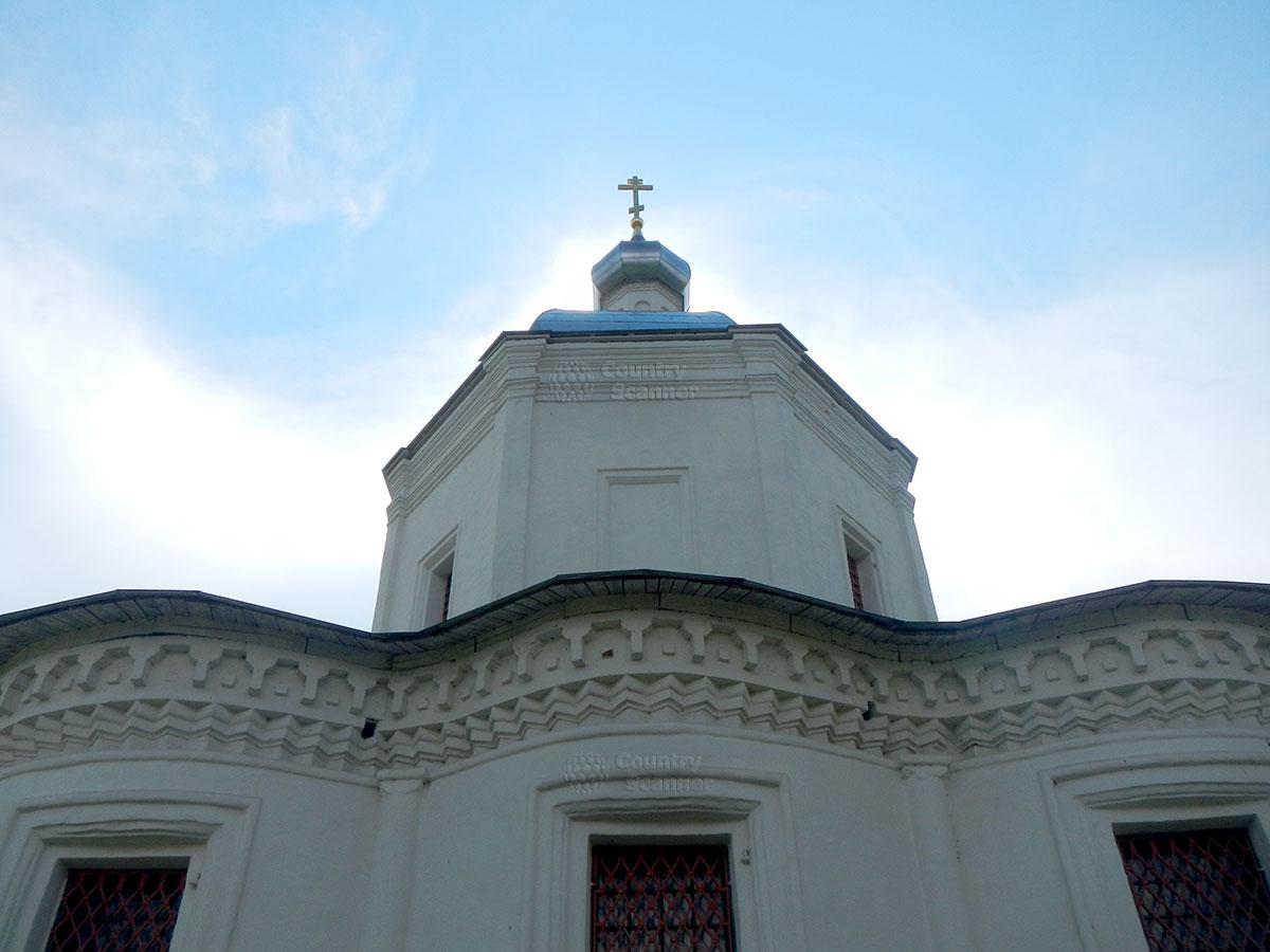 Троицкий собор в Серпухове. Силуэт на фоне небес.