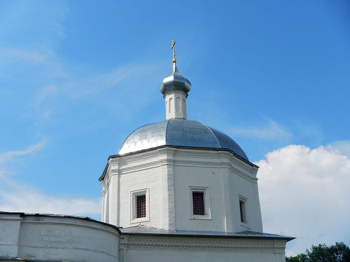 Троицкий собор в Серпухове. Глава храма с православным крестом.