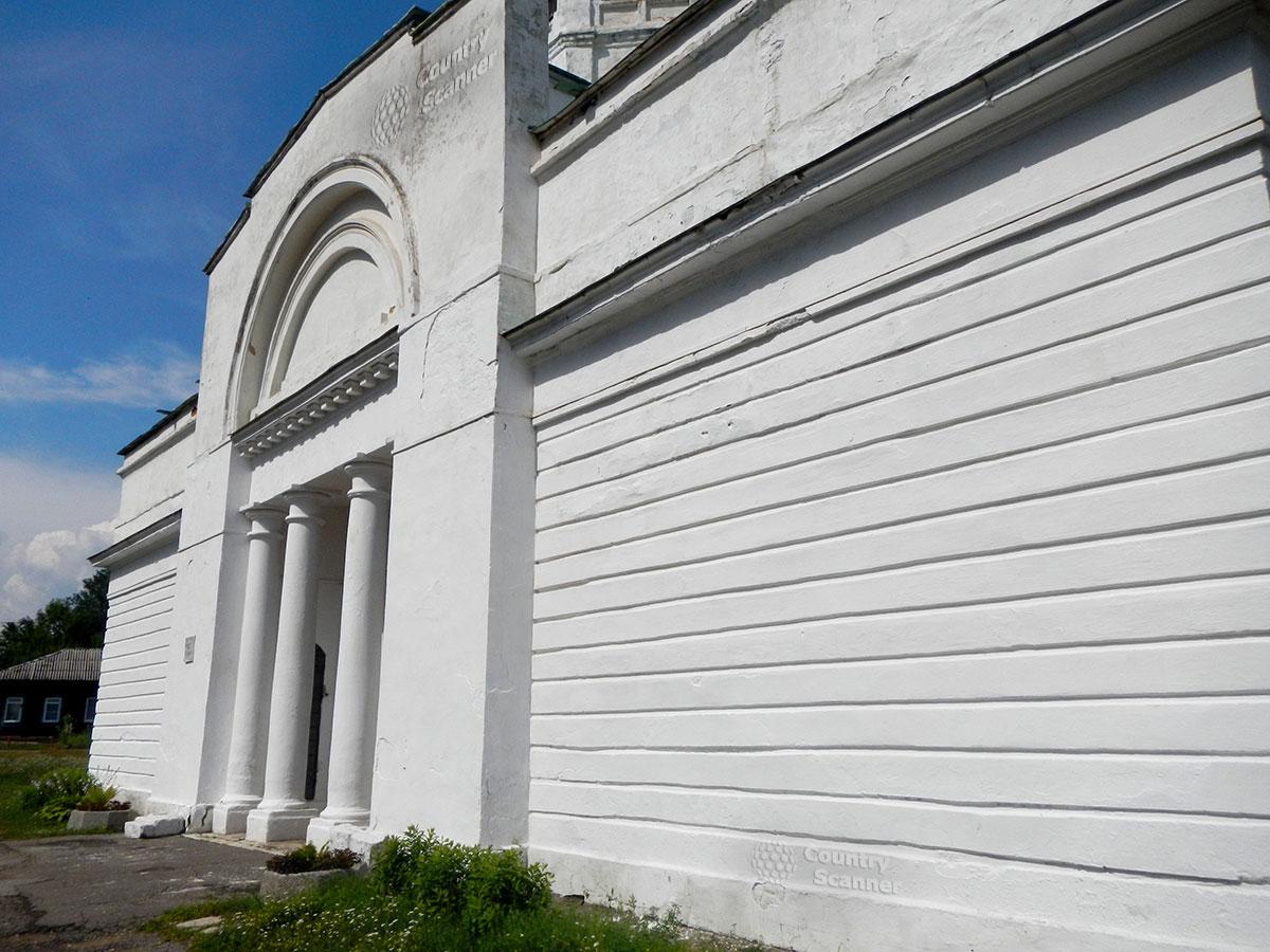 Троицкий собор в Серпухове. Колоннада.