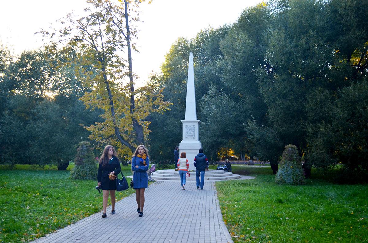 Девушки идут от памятника в Воронцовском парке