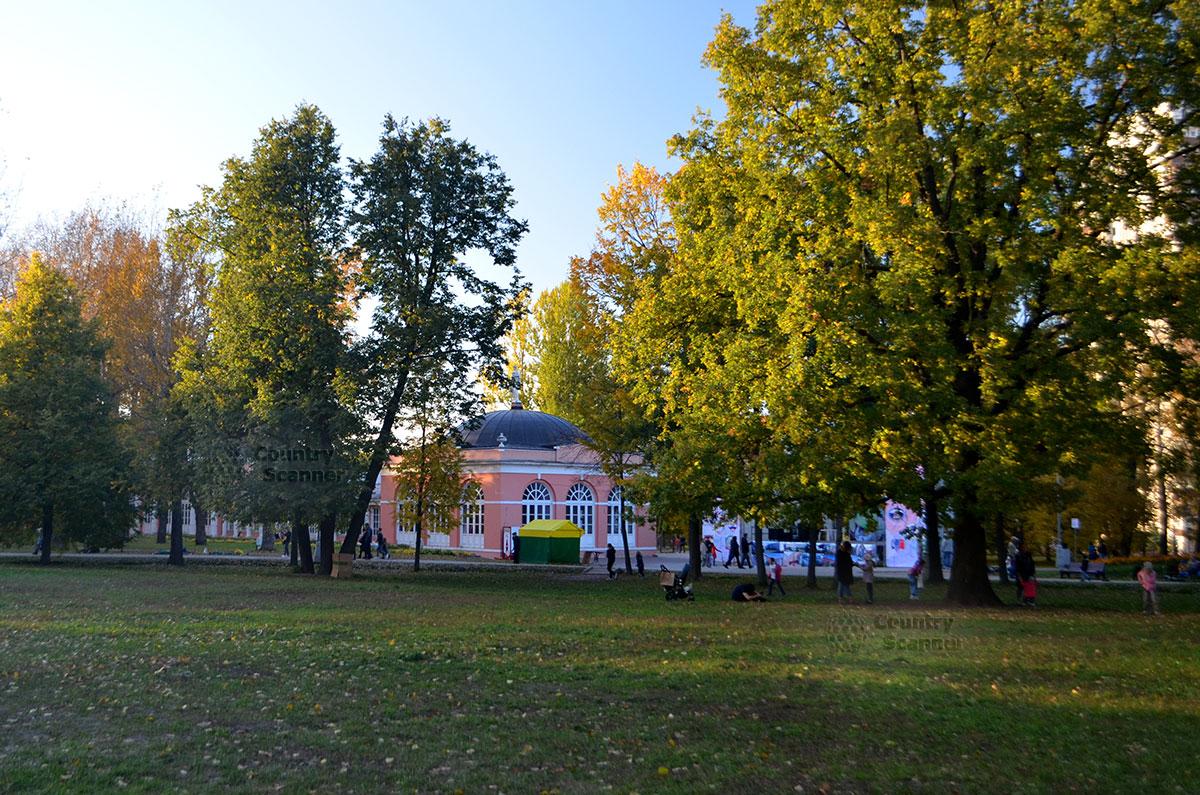Вид усадьбы в Воронцовском парке издалека