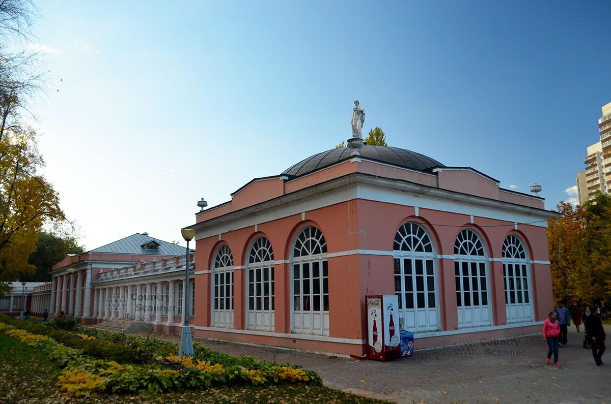 Здание усадьбы крупным планом в Воронцовском парке