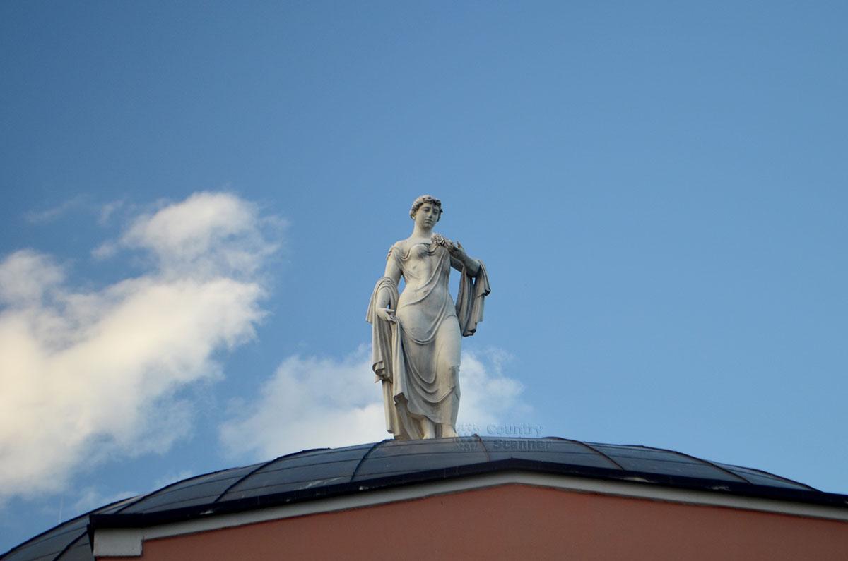 Статуя на крыше усадьбы Воронцова