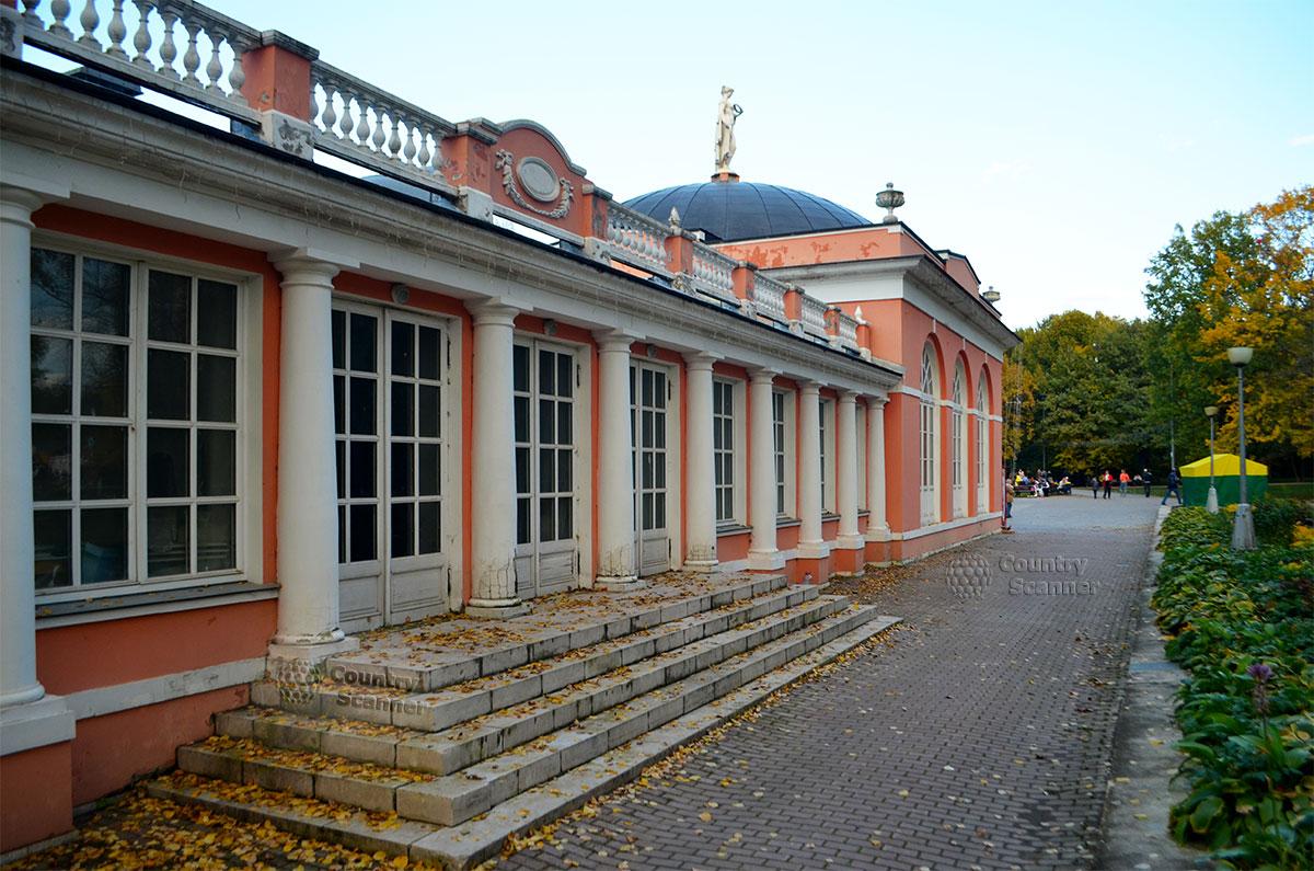 Здание усадьбы Воронцовского парка. Вид со двора.