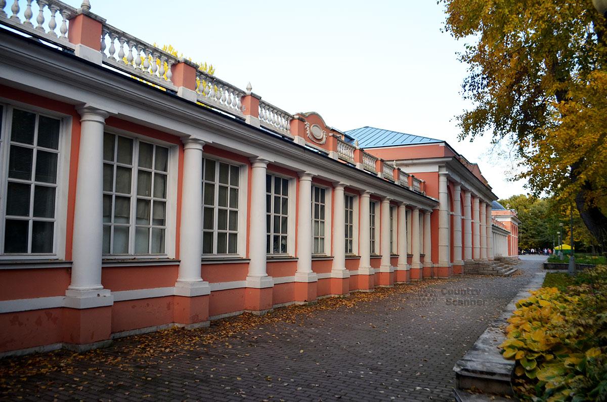 Здание усадьбы с колоннами в Воронцовском парке