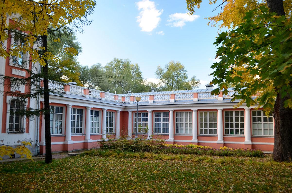 Осенний вид на здание усадьбы в Воронцовском парке