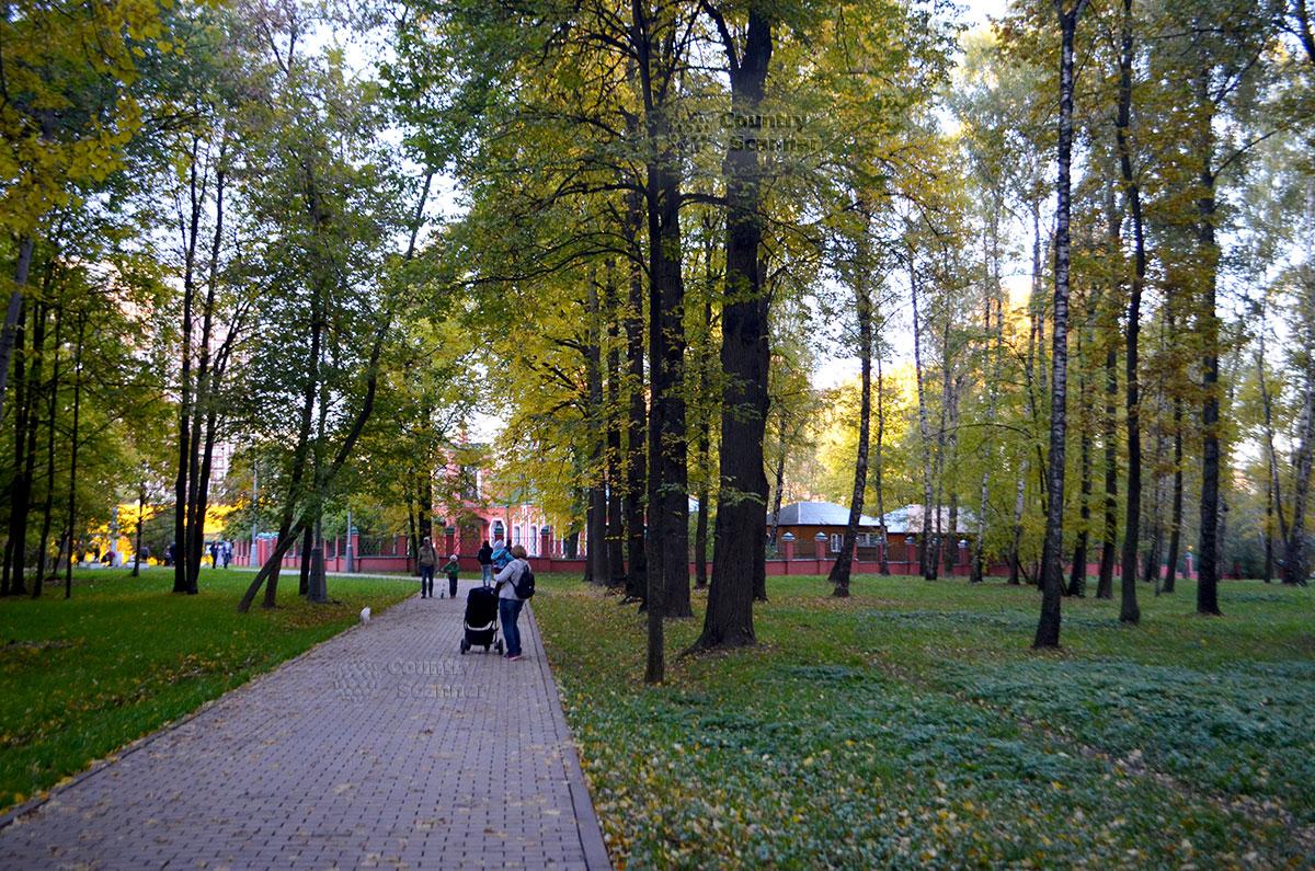 Дорожка к церкви в Воронцовском парке