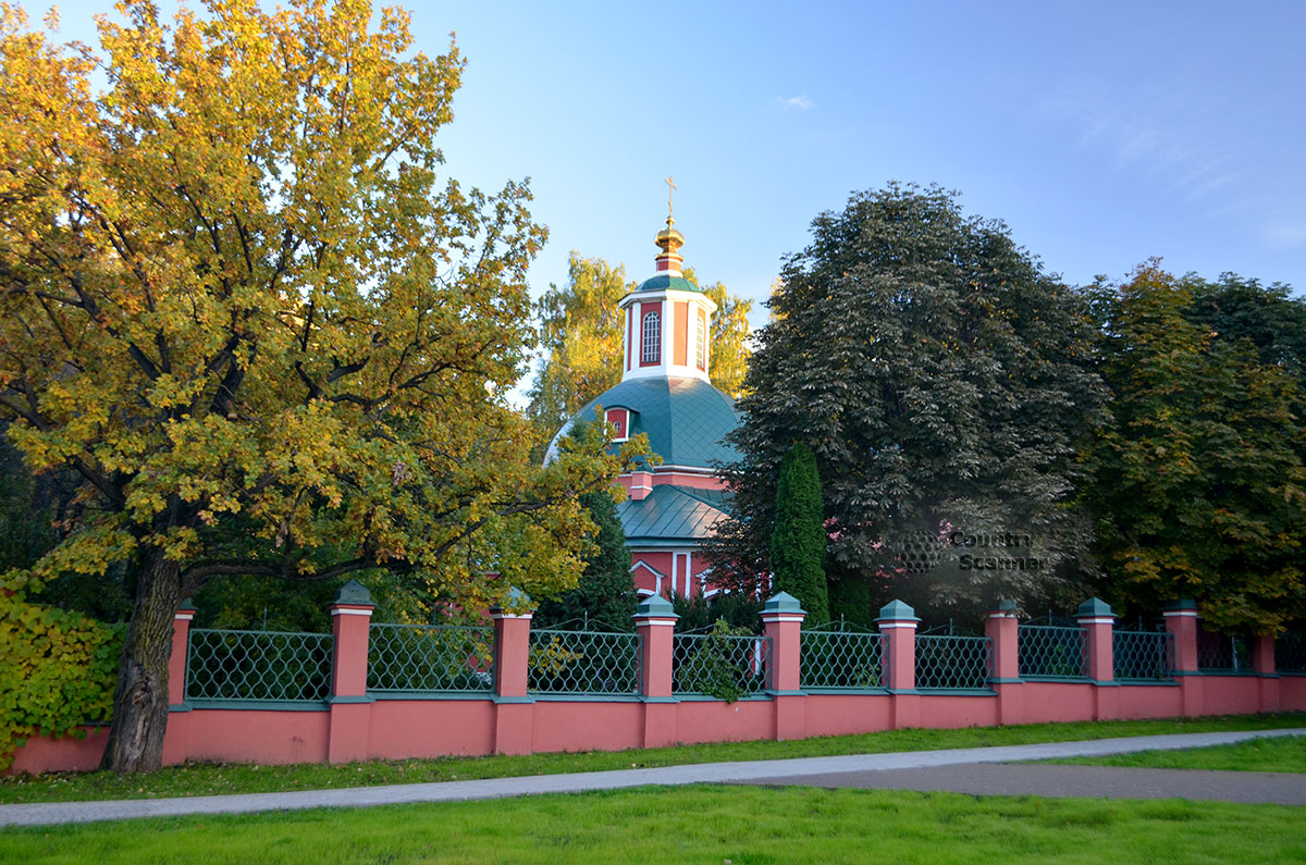 Церковь и ограда в Воронцовском парке