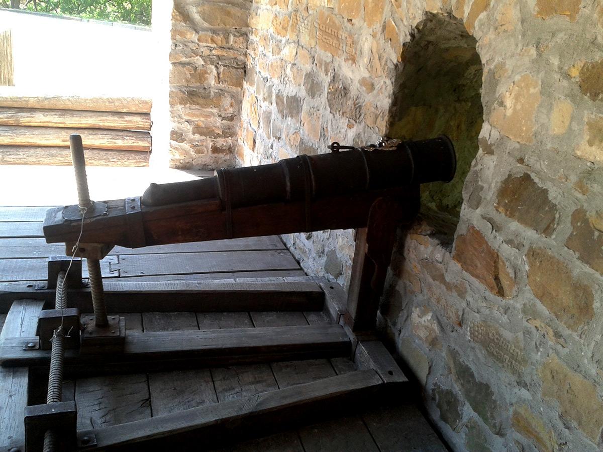 Средневековая пушка в бастионе Дорошенко