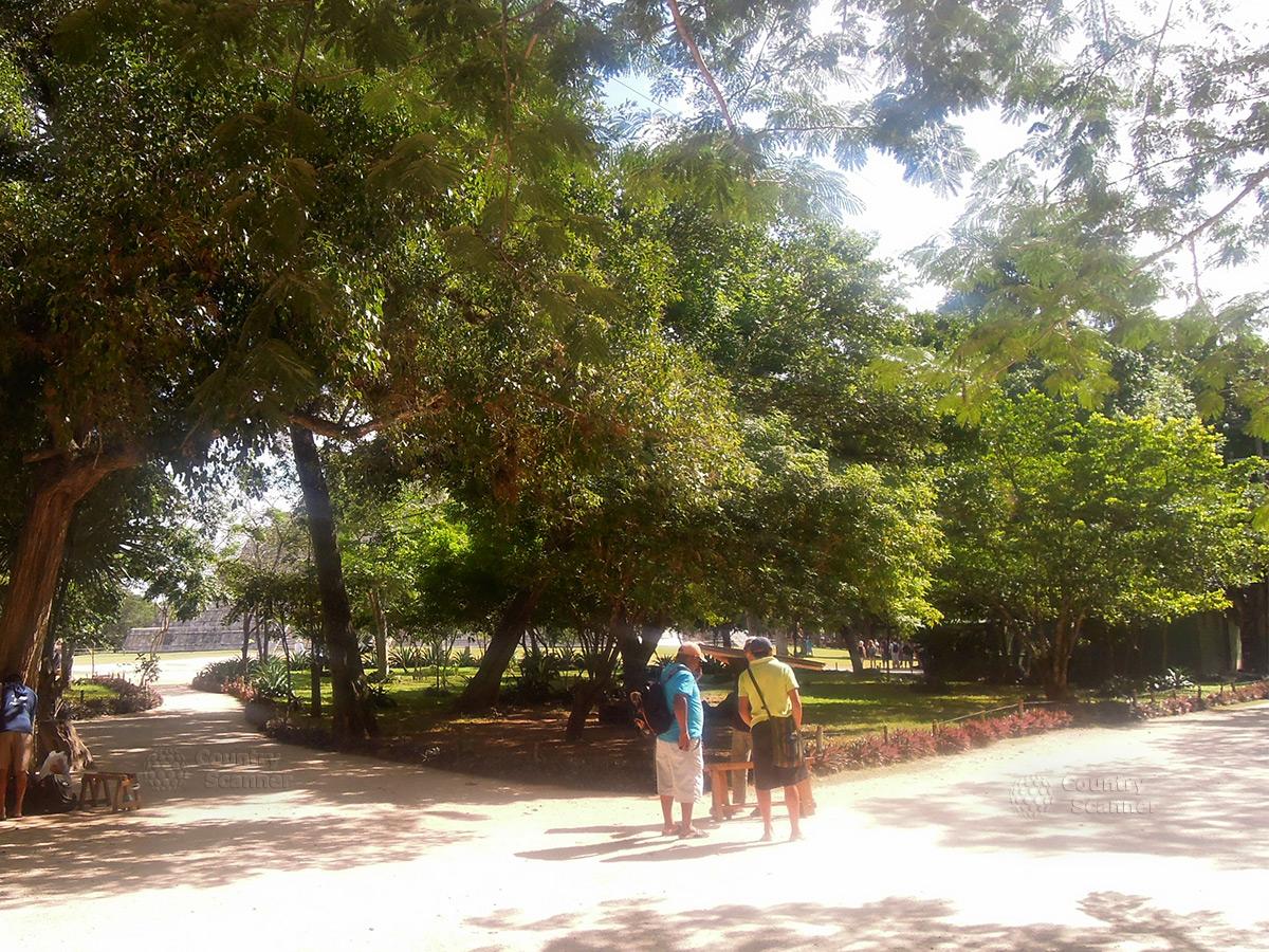 Туристы на входе в комплекс Чичен-Ица