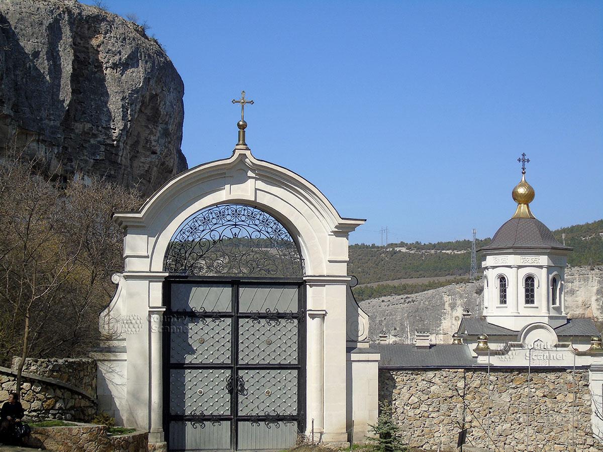 Чуфут-Кале. У входа в Свято-Успенский монастырь.