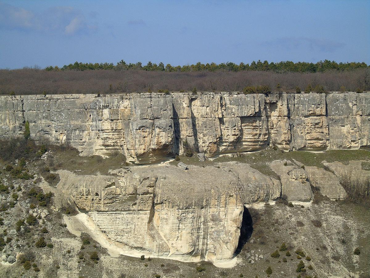 Чуфут-Кале. Отвесные скалы.