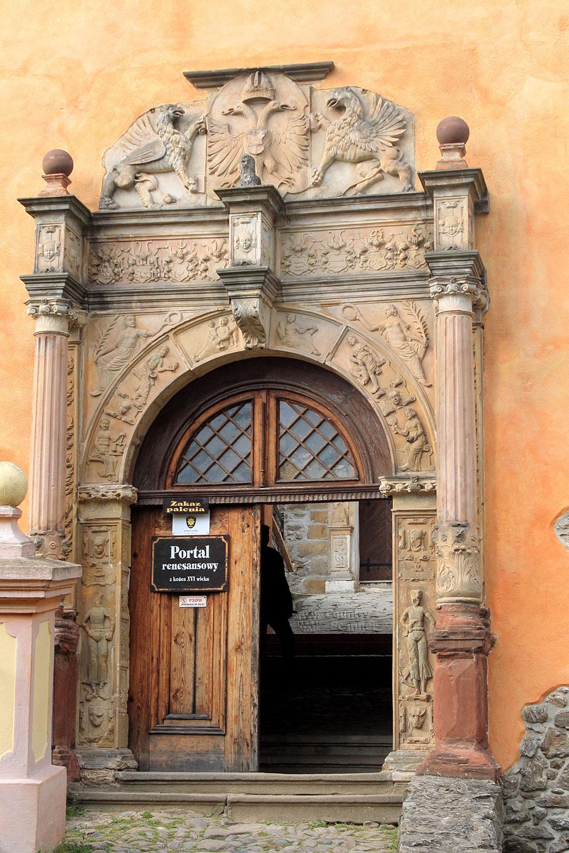 Двери со средневековым орнаментом в замке Гродно